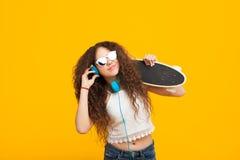 Muchacha de moda del inconformista con longboard Fotos de archivo libres de regalías