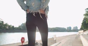 Muchacha de moda del inconformista que pasa tiempo en una ciudad Imagen de archivo