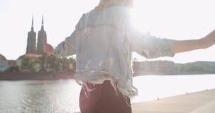 Muchacha de moda del inconformista que pasa tiempo en una ciudad Foto de archivo