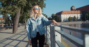 Muchacha de moda del inconformista que pasa tiempo en una ciudad Foto de archivo libre de regalías
