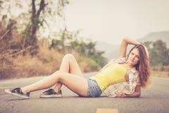 Muchacha de moda del inconformista que se relaja en el camino en el tiempo del día Fotografía de archivo libre de regalías