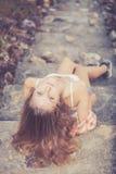 Muchacha de moda del inconformista que se relaja en el camino en el tiempo del día Imágenes de archivo libres de regalías
