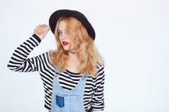 Muchacha de moda del pelo rubio con el lápiz labial rojo Foto de archivo libre de regalías