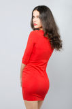 Muchacha de moda elegante hermosa en el vestido rojo que presenta en estudio Fotografía de archivo