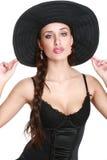 Muchacha de moda en capo negro imagen de archivo