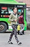 Muchacha de moda en una parada de autobús, Chongqing, China Fotografía de archivo