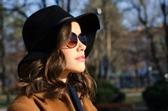 Muchacha de moda hermosa al aire libre en día de primavera soleado Fotos de archivo libres de regalías