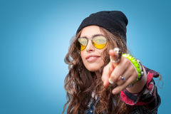 Muchacha de moda hermosa del inconformista en gorrita tejida que señala el finger en usted Imagenes de archivo