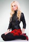 Muchacha de moda hermosa en falda Foto de archivo libre de regalías