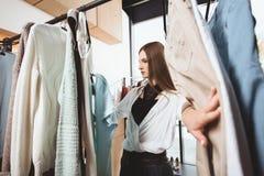 muchacha de moda hermosa que elige la ropa fotografía de archivo