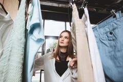 muchacha de moda hermosa que elige la ropa fotos de archivo