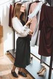 muchacha de moda hermosa que elige la ropa imágenes de archivo libres de regalías
