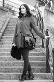 Muchacha de moda hermosa que se coloca en las escaleras en sprin soleado Foto de archivo