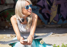 Muchacha de moda joven con el monopatín Fotografía de archivo libre de regalías