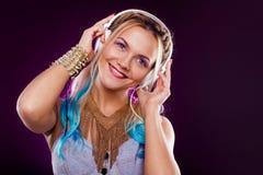 Muchacha de moda joven en estilo del disco Música y goce que escuchan Estilo retro foto de archivo libre de regalías