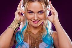 Muchacha de moda joven en estilo del disco Música y goce que escuchan Estilo retro imagen de archivo libre de regalías