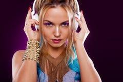Muchacha de moda joven en estilo del disco Música y goce que escuchan Estilo retro imágenes de archivo libres de regalías