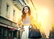 Muchacha de moda joven que hace compras Fotografía de archivo libre de regalías