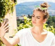 Muchacha de moda joven que usa smartphone Foto de archivo libre de regalías