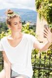 Muchacha de moda joven que usa smartphone Foto de archivo