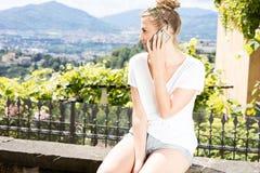 Muchacha de moda joven que usa smartphone Fotos de archivo