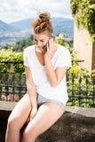 Muchacha de moda joven que usa smartphone Fotografía de archivo libre de regalías