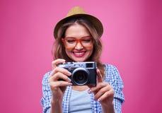 Muchacha de moda linda que mira la cámara del vintage Fotografía de archivo libre de regalías
