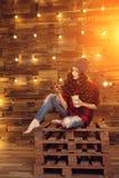 Muchacha de moda moderna hermosa joven en un vestido rojo y rasgada fotografía de archivo