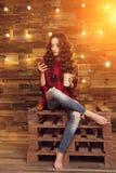 Muchacha de moda moderna hermosa joven en un vestido rojo y rasgada imagen de archivo libre de regalías