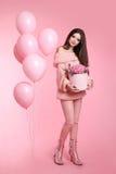 Muchacha de moda morena bastante linda con los globos que llevan a cabo el bouq Imágenes de archivo libres de regalías