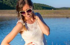 Muchacha de moda por el lago Fotografía de archivo