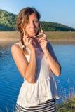 Muchacha de moda por el lago Imagen de archivo libre de regalías