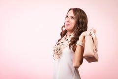 Muchacha de moda que sostiene el bolso del bolso Imagenes de archivo