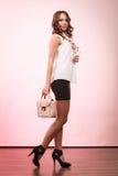 Muchacha de moda que sostiene el bolso del bolso Imagen de archivo