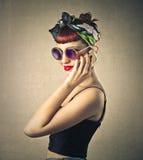 Muchacha de moda que usa un smartphone Foto de archivo