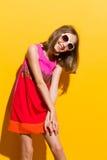 Muchacha de moda sonriente en gafas de sol Imágenes de archivo libres de regalías