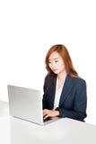 Muchacha de oficina asiática que trabaja en labtop Imagenes de archivo