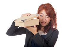 Muchacha de oficina asiática curiosa qué dentro de la caja Imágenes de archivo libres de regalías