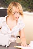Muchacha de oficina con el ordenador portátil Foto de archivo