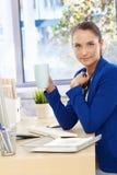 Muchacha de oficina en descanso para tomar café Imagen de archivo libre de regalías
