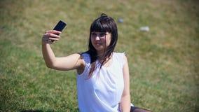 Muchacha de oriental-mirada hermosa que hace el selfie en un smartphone metrajes