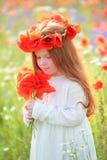Muchacha de oro-cabelluda hermosa en un vestido blanco y un ramo de w Foto de archivo libre de regalías