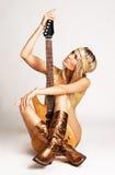Muchacha de oro con la guitarra eléctrica Imágenes de archivo libres de regalías
