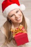Muchacha de Papá Noel con el regalo de la Navidad Imágenes de archivo libres de regalías