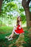 Muchacha de Papá Noel del asiático con el oso Foto de archivo libre de regalías