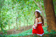 Muchacha de Papá Noel del asiático con el oso Imagen de archivo libre de regalías