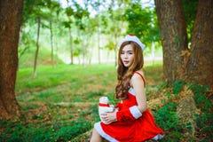Muchacha de Papá Noel del asiático con el oso Fotografía de archivo