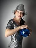 Muchacha de partido con la bola azul del disco fotos de archivo libres de regalías