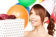 Muchacha de partido con los globos y el rectángulo de regalo Fotos de archivo