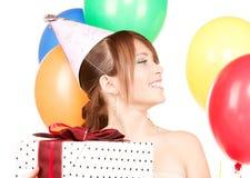 Muchacha de partido con los globos y el rectángulo de regalo Fotografía de archivo